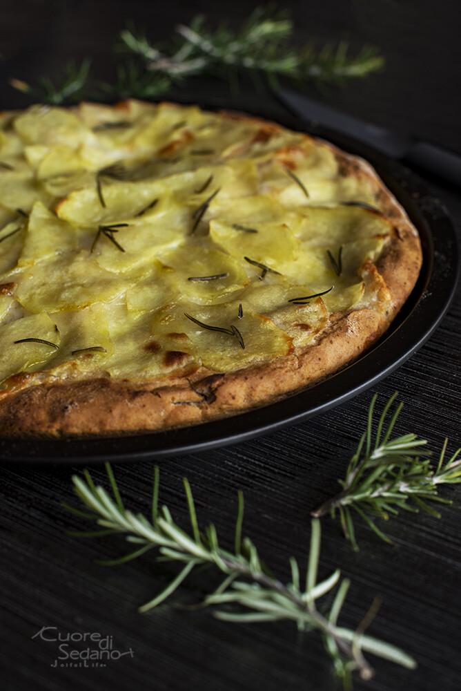 Pizza vegetariana con patate e rosmarino