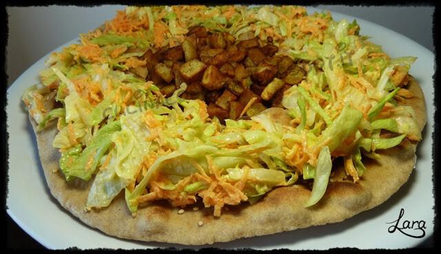 Pizza bianca con insalata e patate