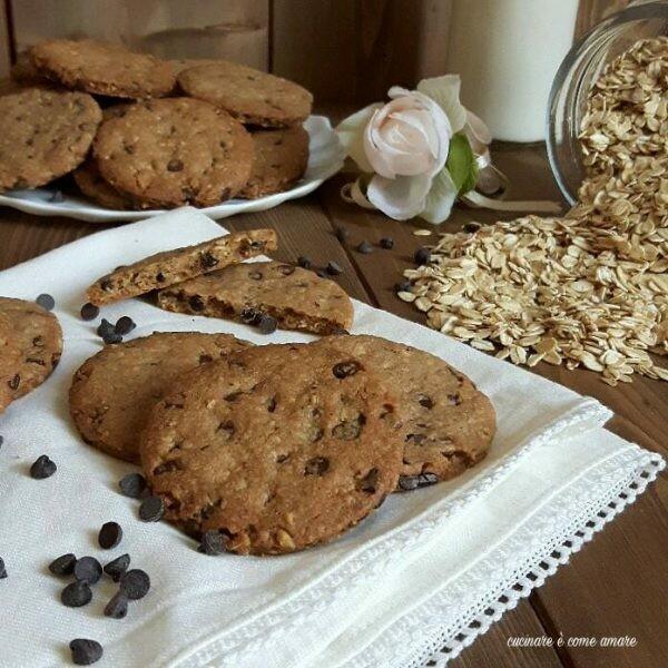 Biscotti frollini con fiocchi d'avena e cioccolato