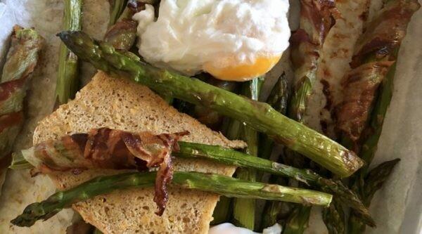 Piatto unico con Pane Salus, uova e asparagi