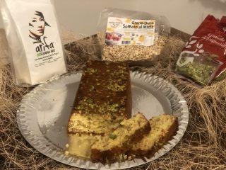 Torta con grano soffiato al miele e granella di pistacchio