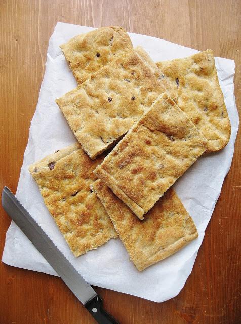 Focaccia semi-integrale al rosmarino e olive | Pasta Madre Essiccata Bio